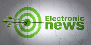 新闻概念:目标和电子新闻在墙壁背景 库存照片