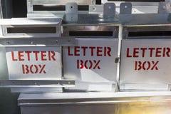 新闻纪录片的社论图象未认出的人在室外市场上做金属邮箱 免版税库存照片