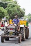 新闻纪录片的社论图象 一个在拖拉机的未认出的印地安人位子有在街道的拖车的 愉快的人 库存图片