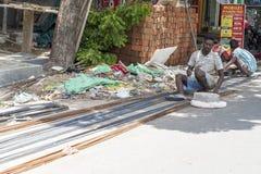 新闻纪录片的社论图象 房子建筑位子的一把未认出的印地安工作者人焊接金属标尺在路 免版税库存照片