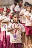 新闻纪录片的社论图象 星期一早晨学校游行在印度,有有制服的学生的 免版税图库摄影