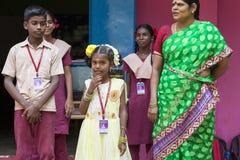 新闻纪录片的社论图象 星期一早晨学校游行在印度,有有制服的学生的 库存图片