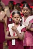 新闻纪录片的社论图象 星期一早晨学校游行在印度,有有制服的学生的 库存照片