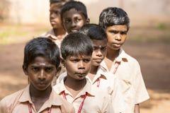 新闻纪录片的社论图象 星期一早晨学校游行在印度,有有制服的学生的 免版税库存照片