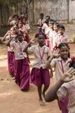 新闻纪录片的社论图象 星期一早晨学校游行在印度,有有制服的学生的 免版税库存图片
