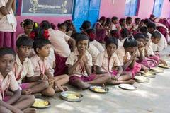 新闻纪录片的社论图象 未认出的孩子吃午餐在军用餐具 免版税库存图片