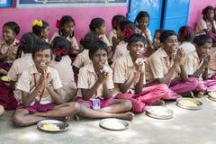 新闻纪录片的社论图象 未认出的孩子吃午餐在军用餐具 免版税库存照片