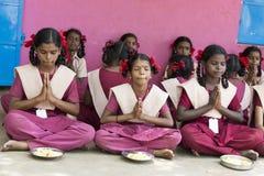 新闻纪录片的社论图象 未认出的孩子吃午餐在军用餐具 库存图片