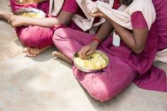新闻纪录片的社论图象 未认出的孩子吃午餐在军用餐具 库存照片