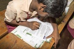 新闻纪录片的社论图象 未认出的小学生在教室学习在政府公立学校 免版税库存照片