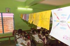 新闻纪录片的社论图象 未认出的小学生在教室学习在政府公立学校 免版税库存图片