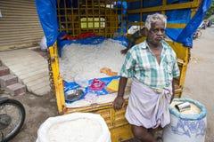 新闻纪录片的社论图象 他的室外商店出售的一个未认出的印地安人在Tam在一个小乡村市场上烘干了米 免版税库存图片