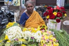 新闻纪录片的社论图象 在他的水果和蔬菜的一个未认出的印地安人在一个小乡村市场上购物在泰米尔纳德邦 库存照片