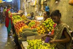 新闻纪录片的社论图象 在他的水果和蔬菜的一个未认出的印地安人在一个小乡村市场上购物在泰米尔纳德邦 图库摄影