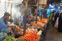 新闻纪录片的社论图象 在他的水果和蔬菜的一个未认出的印地安人在一个小乡村市场上购物在泰米尔纳德邦 免版税图库摄影