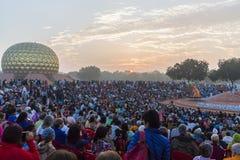 新闻纪录片的社论 AUROVILLE,泰米尔纳德邦,印度- 2018年2月28日 与黎明fireOn Auroville ` s 50 ye的集体凝思 图库摄影