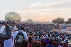 新闻纪录片的社论 AUROVILLE,泰米尔纳德邦,印度- 2018年2月28日 与黎明fireOn Auroville ` s 50 ye的集体凝思 库存图片