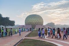新闻纪录片的社论 AUROVILLE,泰米尔纳德邦,印度- 2018年2月28日 与黎明fireOn Auroville ` s 50 ye的集体凝思 库存照片