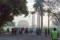 新闻纪录片的社论 AUROVILLE,泰米尔纳德邦,印度- 2018年2月28日 与黎明fireOn Auroville ` s 50 ye的集体凝思 免版税库存照片