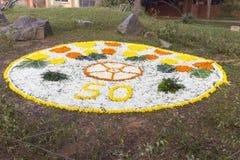 新闻纪录片的社论 AUROVILLE,泰米尔纳德邦,印度- 2018年2月28日 与黎明fireOn Auroville ` s 50 ye的集体凝思 免版税库存图片