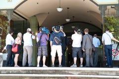 新闻记者摄影师按身分等待 免版税库存图片