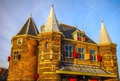 新阿姆斯特丹在太阳集合时间的市中心市场正方形著名地方  一般风景视图 图库摄影