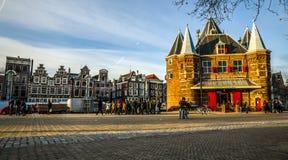 新阿姆斯特丹在太阳集合时间的市中心市场正方形著名地方  免版税图库摄影
