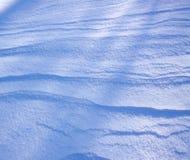 新雪表面在晴朗的冬日 免版税库存照片