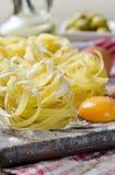 新面团关闭用橄榄和鸡蛋 免版税库存照片