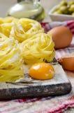 新面团关闭用橄榄和鸡蛋 免版税库存图片