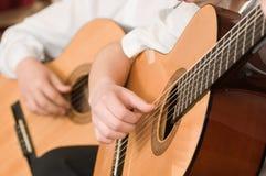新音乐会的吉他弹奏者 免版税库存图片