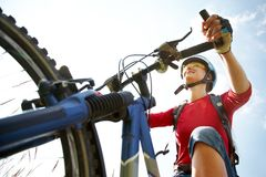新骑自行车者在公园 免版税库存照片