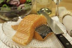 新鲜三文鱼准备烹调 免版税库存照片