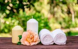 新鲜上升了,蜡烛和软的毛巾 温泉概念 浪漫概念 免版税库存图片