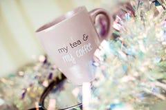 新鲜做了在一个桃红色杯子的coffe 美好的构成 免版税库存照片