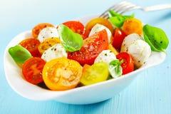 新鲜和健康地中海沙拉的碗 库存照片