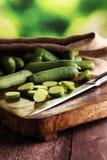 新鲜和切的黄瓜 在切板的切的黄瓜 免版税图库摄影