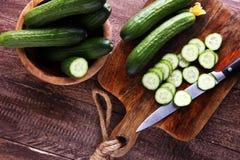 新鲜和切的黄瓜 在切板的切的黄瓜 免版税库存图片