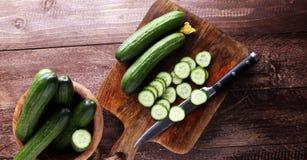 新鲜和切的黄瓜 在切板的切的黄瓜 库存照片
