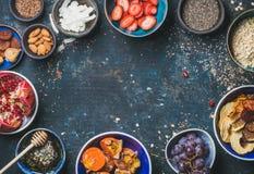 新鲜和干果, chia种子,燕麦粥,杏仁,蜂蜜 图库摄影