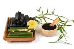 新鲜和干竹和竹木炭粉末 库存图片