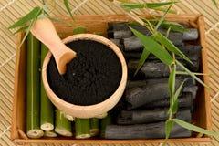 新鲜和干竹和竹木炭粉末 免版税库存照片