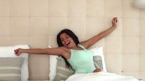 新鲜和愉快的妇女在床上早晨醒 影视素材