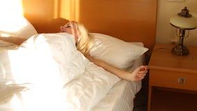新鲜和愉快的妇女在床上醒 股票视频