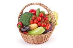 新鲜和成熟菜在篮子安排了 免版税库存图片