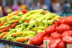 新鲜和有机蔬菜和水果在农夫市场或绿色市场上 秋天收获和石南丛生的吃概念 库存照片