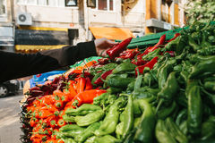 新鲜和有机蔬菜在农夫市场上 市场 自然产物 辣椒粉 胡椒 自然地方产品 免版税图库摄影