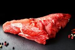 新鲜和生肉 红肉的牛排静物画准备好烹调在烤肉 免版税库存照片