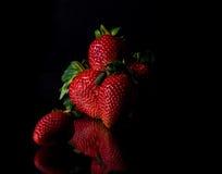 新鲜和红色和绿色草莓 免版税库存照片