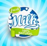 新鲜和自然牛奶标签飞溅 向量例证